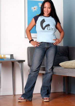 Amateur teen babe Loni reveals her big tits and ass in jeans