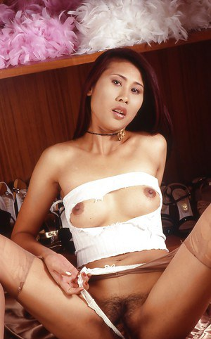 Thai pussy is playing with ropes and fucks herself using her hand