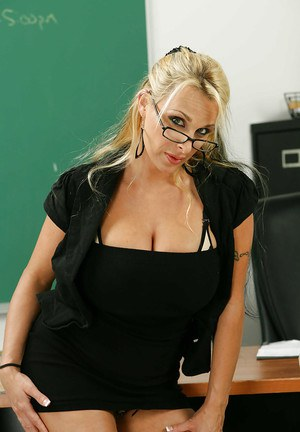 Teacher milf Holly Halston is playing with her lovely anal hole