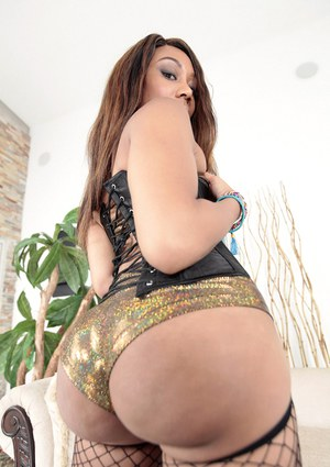 Ebony with awesome booty Jayla Foxx poses totally naked on cam