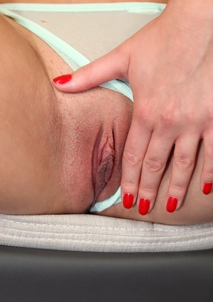 Amateur babe Suzy Fox pose in close-up and fucks with some toys
