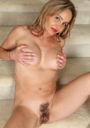 Busty mature Chelsey Townes is demonstrating her nice juicy ass