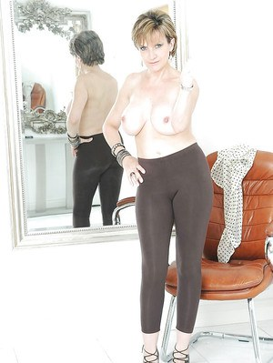 Mature woman Lady Sonia demonstrate her nice ass in black leggings
