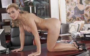 Beauty milf with nice face is demonstrating her good asshole and puss