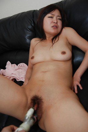 Akiko Nemoto plays with this vibrating toy and gets an orgasm