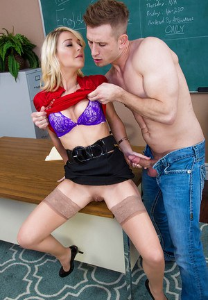 Teacher Laura Bentley fucks with this muscular dude for a good note