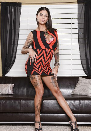 Fully tattooed beauty Bonnie Rotten is demonstrating her body