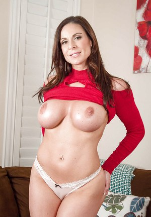 Milf Kendra Lust shows off her gorgeous naked booty and boobies