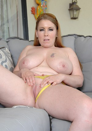 Fatty babe Desiree Deluca is masturbating her naked pussy on sofa
