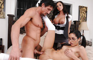 Ladies Ariella Ferrera and Tia Cyrus are having an awesome 3some