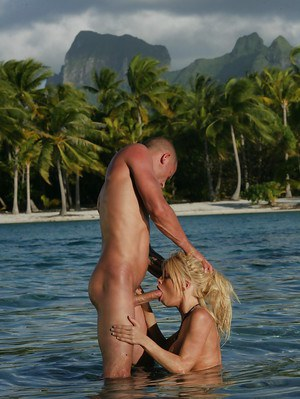 Jesse Jane is giving a stunning deep blowjob right in the sea