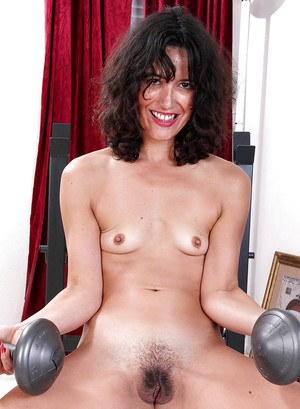Curly-haired mature brunette Penelope is doing some exces in the gym