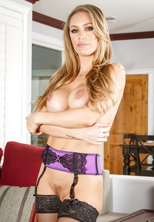 Blodne wife Nicole Aniston poses on her red high heels on the cam