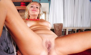 Big-tut blonde Lexxi Lash is posing with naked boobies in close up