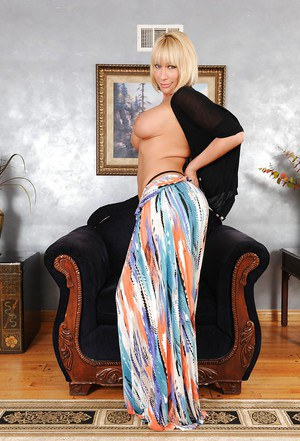 Big-tit blonde milf Mellanie Monroe shows off her amazing booty