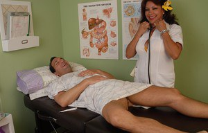 Mature nurse Flor gives a good old blowjob for her new client