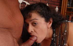 Fatty Latina Richelle give a deep blowjob and get a hot cumshot