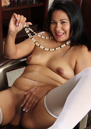 Mature with fat body Susie Jhonson is posing and masturbating!