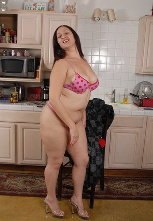 Fatty mature brunette Sonia stretches her tight hairy vagina