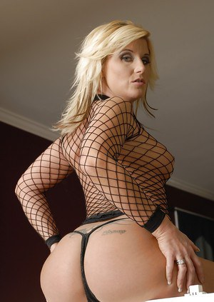 Milf pornstar Summer Storm shows her absolutely amazing booty