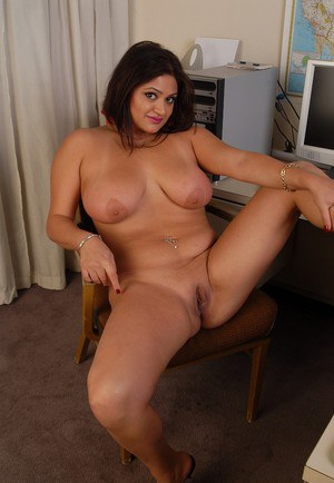 Fatty brunette Mimi Meet shows off her pretty giant boobies!