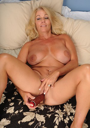 Mature blonde Crystal Taylor is stretching her lovely vagina