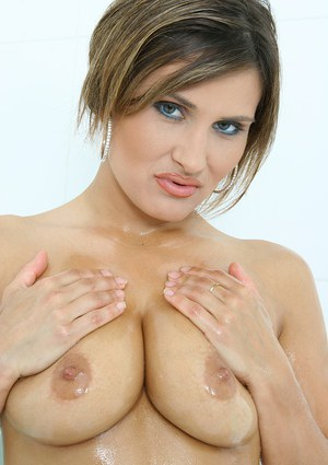 Mature babe Valentina Rush shows off her amazing all-natural boobies