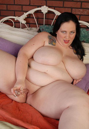 Milf SSBBW Glory-Foxxx shows her very fat body and sucks a dildo