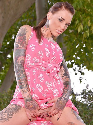 Tattooed model Lauren demonstrates her amazing dildo and pussy