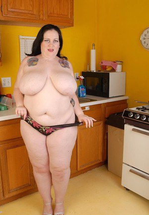 Fatty brunette Glory-Foxxx demonstrates her gougers shape on cam