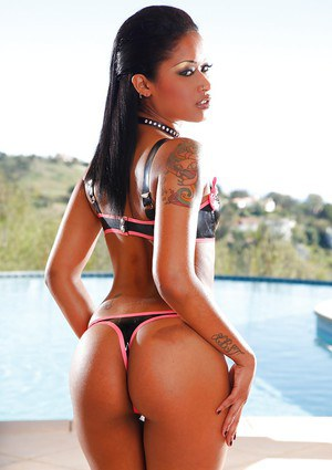 Ideal black-skinned girl Skin Diamond demonstrates her shape