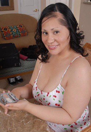 Fatty mature Teedra poses in close-up and spread her legs on cam