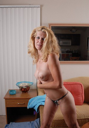 Slutty mature blonde Lori shows us her pretty young-looking body