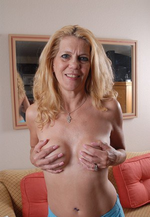 Mature blonde Lori demonstrates us her amazing natural boobies
