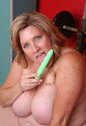 Dick-sucking fatty mature Deedra is playing with her green sextoy