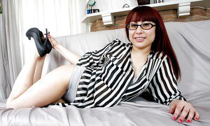Housewife babe Jenna Minx undresses and strokes her accurate hole