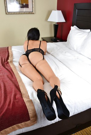 Amateur Asian Angelina Chung shows off her gorgeous juicy booty!