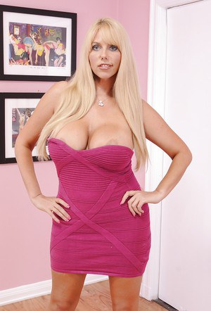 BBW blonde milf Samantha Silver poses without her sexy black strings