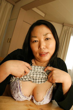 Japanese milf Tamaki Shimai presents her naked fatty body in the bed