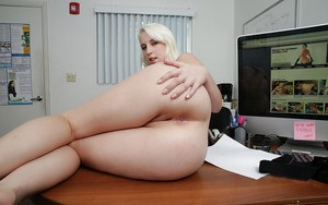 Bleached chick Darcie Belle have an awesome boobies and pussy