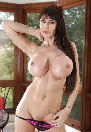 Stunning mommy with big tits Janice Griffith poses like a pornstar
