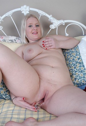Fatty mature Samantha is playing with her lovely sextoys!