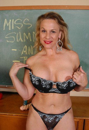 Hottest chick Summer shows us her amazing rubber dildo on the cam
