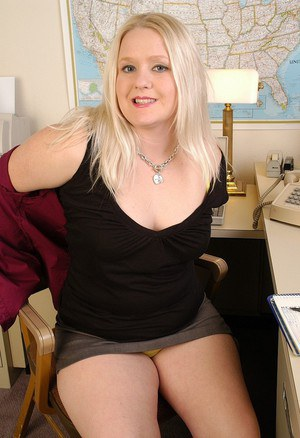 Fatty mature blonde Samantha is spreading her long legs on cam