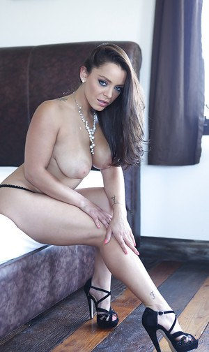 Outstanding mature slut Liza Del Sierra poses like a centerfold