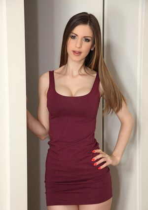 Amateur babe Stella Cox demonstrates her pretty ideal boobies