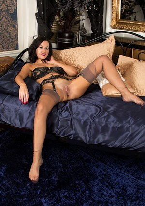 Brunette milf lovely ass is assfucked on couch anal troia bello duro per bene in fondo al culo e spa - 1 8