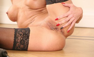 Cathie is awesome mature babe that wants to show her private parts