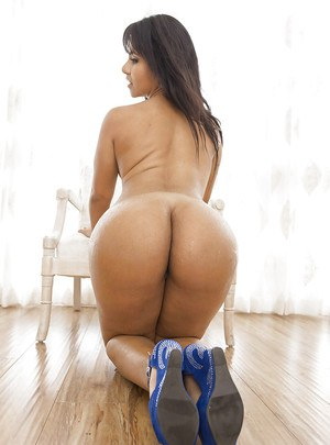 Arrogant Latina babe Rose Monroe is capable of quickly becoming wet