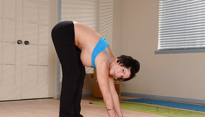 Mature lady with enormous tits Shay Fox likes posing in yoga pants